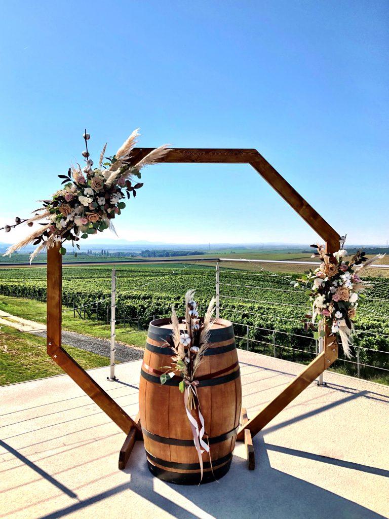 Boho hexagonová slavobrána s pampovou trávou a hnědými růžemi. Svatební květiny Klára Uhlířová