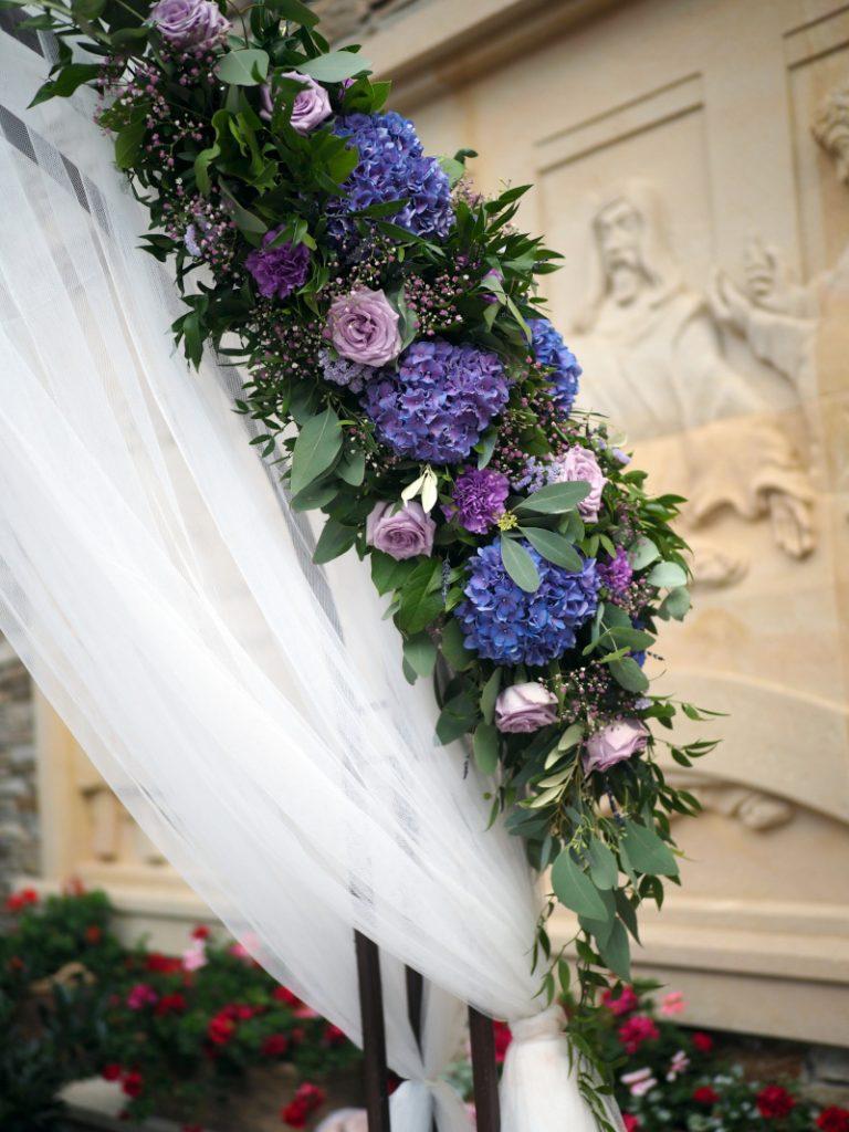 Detail fialové květinové slavobrány: růže, hortenzie, karafiáty a zeleň. Svatební květiny Klára Uhlířová Brno